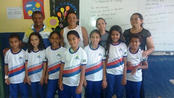 Secretaria de Educação Entrega fardamento escolar aos alunos em Agricolândia