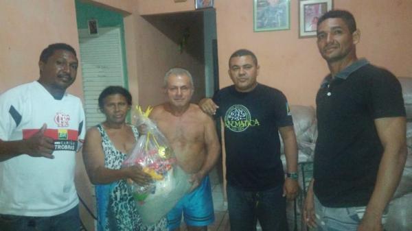 Atletas do Cachaça e Machuca distribui cestas básicas em Agricolândia