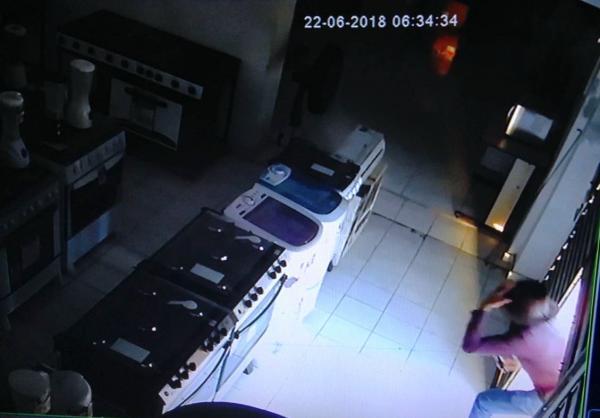 Câmera de segurança flagra roubo de TV's em Loja de Móveis e Eletro no Centro de Água Branca