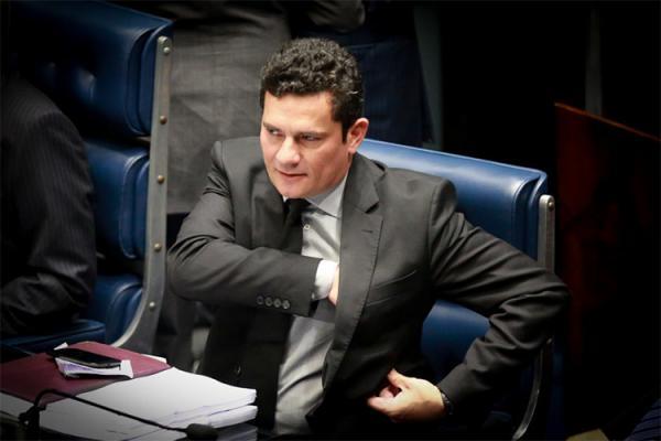 Juiz Sérgio Moro interrompe férias para despachar contra Lula
