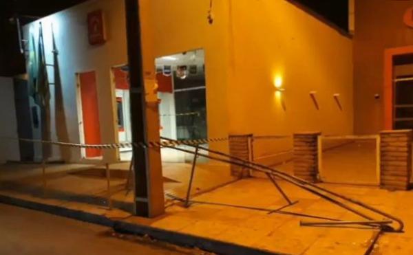Quadrilha faz reféns e explode cofre do Bradesco de Altos