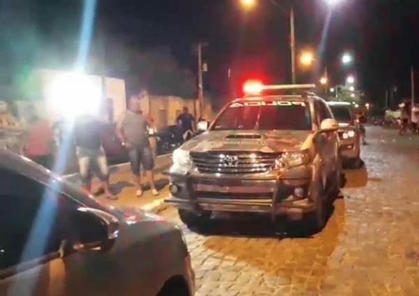 Homem é morto a tiros e mulher fica ferida ao ser baleada em Floriano
