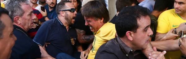 Esfaqueado, Jair Bolsonaro sofre forte hemorragia, passa por cirurgia e está em UTI