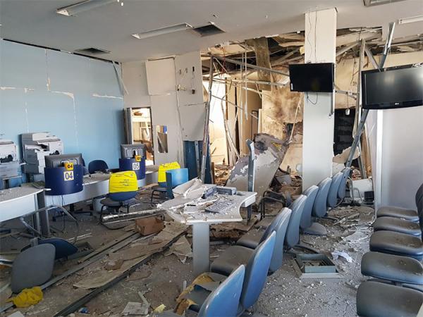 Quadrilha aterroriza cidade e explode o Banco do Brasil em Simplício Mendes