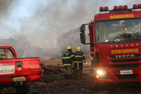 Fogo em matagal atinge sucata e destrói carros na Zona Sul de Teresina