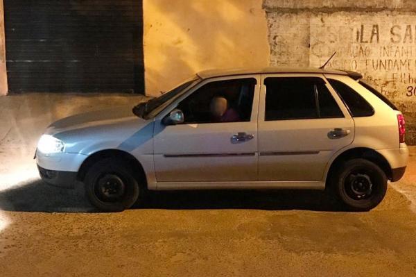 Suspeito posta foto dentro de carro roubado nas redes sociais e é reconhecido pelas vítimas