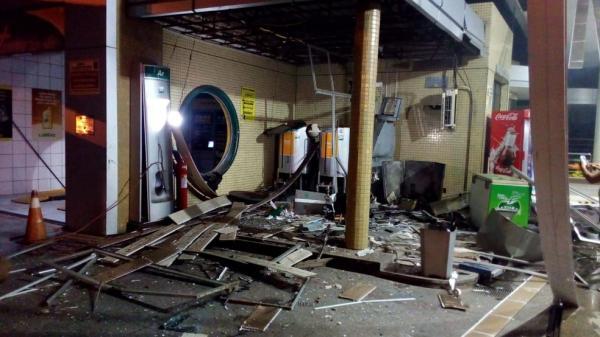 Bandidos explodem caixa eletrônico dentro de posto de combustível em Floriano