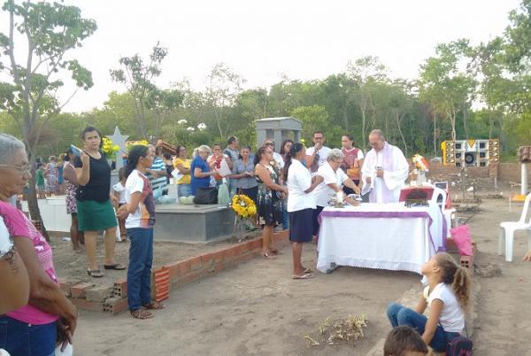 Dia de Finados: parentes e amigos prestam homenagens em cemitérios de Hugo Napoleão