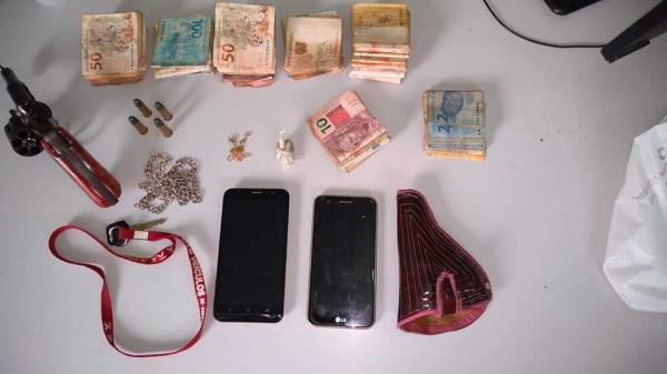 Dupla é presa com arma de fogo, R$ 6 mil, e drogas na Zona. Sul de Teresina
