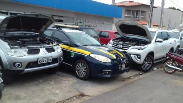 PRF apreende dois carros de luxo clonados na cidade de Picos