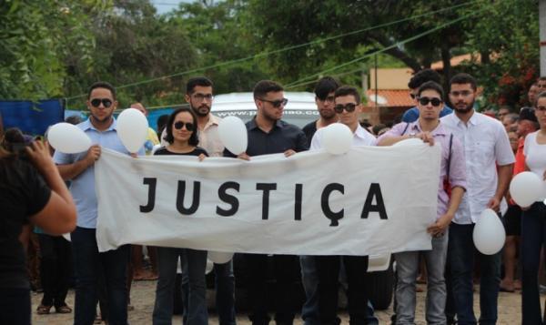 Em Elesbão Veloso: Familiares se despedem e pedem justiça no enterro de Rayron Holanda