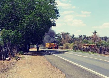 Grupo armado explode carro-forte na rodovia BR-230 próximo a Oeiras