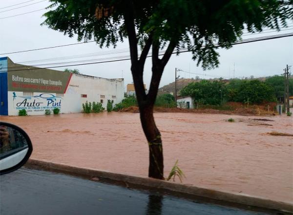 Chove há 11 horas em Picos e 80% do município está alagado