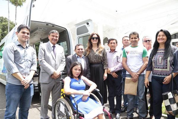 São Gonçalo e Ipiranga recebem vans adaptadas para transporte de pessoas com deficiência