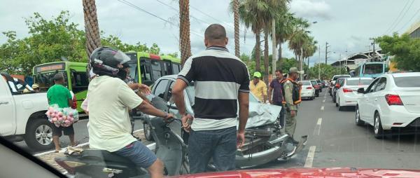 Assaltantes colidem contra três veículos em perseguição com a Polícia na Av. Maranhão em Teresina