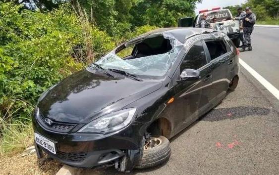 Dupla furta carro e são presos após sofrerem acidente na BR 343