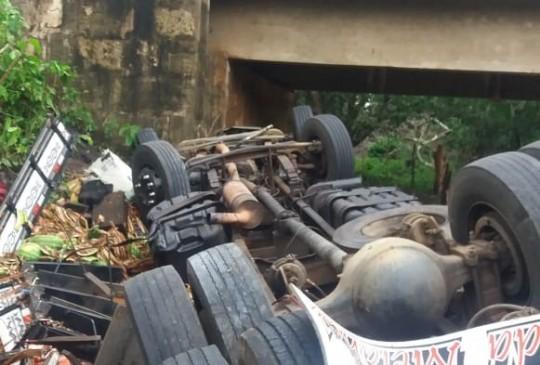 Caminhoneiro morre preso em ferragens após capotamento na BR-316, em Valença