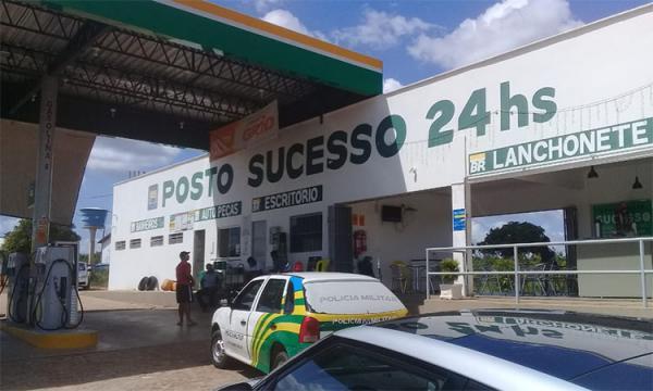 Dupla armada rouba R$ 15 mil de posto de combustível em Barro Duro
