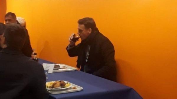 Bolsonaro almoça em bandejão de supermercado em Davos