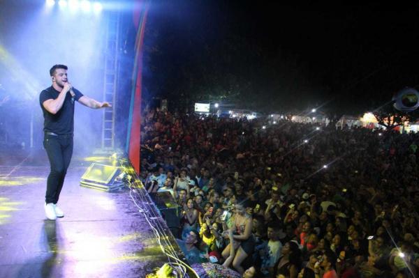 Oz Bambaz Avine Vinny agitaram milhares de foliões na terceira noite do Carnaval de Água Branca