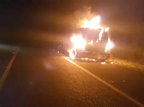 Carro-forte pega fogo na BR-343 em Amarante após problema elétrico e ocupantes saem ilesos