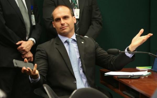 Eduardo chama brasileiros ilegais no exterior de 'vergonha'