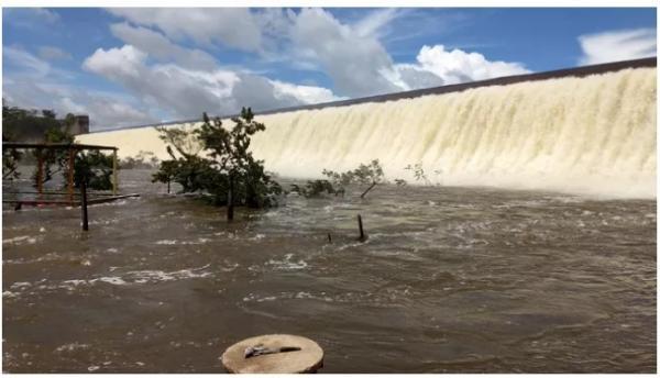 Em Valença do Piauí barragem Mesa de Pedra atinge volume máximo e 'sangra' após chuvas