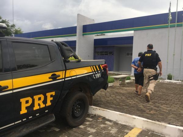 PRF prende homem com mandado de prisão em aberto em Parnaíba