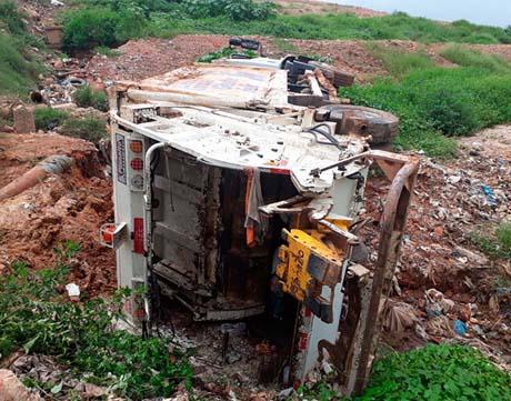 Carro de lixo capota e dois ficam feridos no aterro sanitário em Teresina