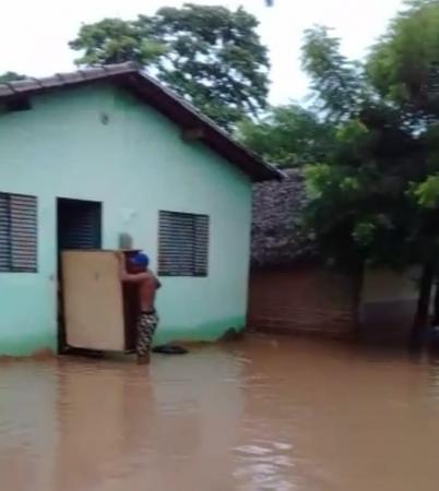 Rio transborda e alaga casas em Passagem Franca do Piauí