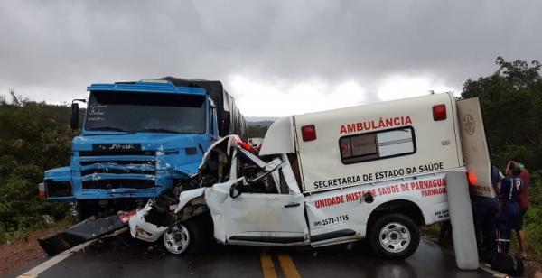 BR-135: Ambulância colide com caminhão e deixa uma pessoa morta