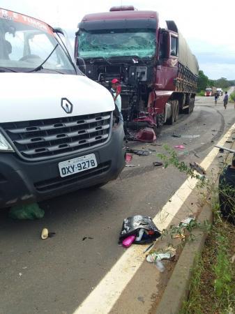 Colisão entre caminhão e van de passageiros deixa sete mortos em Caxias