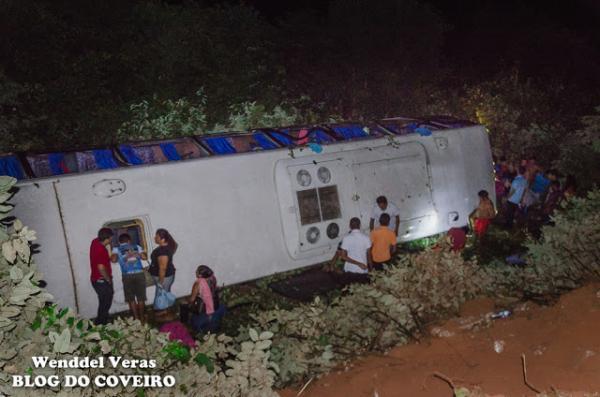 Ônibus cai em abismo e deixa mais de 20 pessoas feridas em Cocal