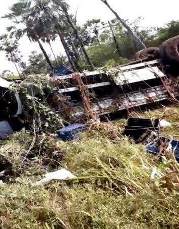 Em Passagem Franca: Dois homens ficam feridos após caminhão com frutas tombar na BR-316