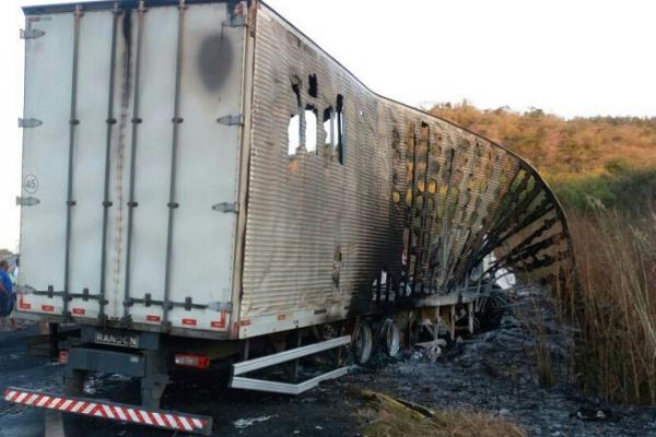 Colisão entre caminhão e carreta deixa três pessoas carbonizadas na BR-316 a 10 km de Elesbão Veloso. Veja fotos
