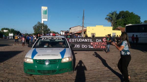 Estudantes fazem caminhada contra uso de drogas em Passagem Franca do Piauí