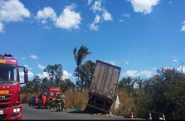 Colisão entre caminhão e veículo na BR 316 deixa uma vítima presas às ferragens próximo a entrada de Miguel Leão