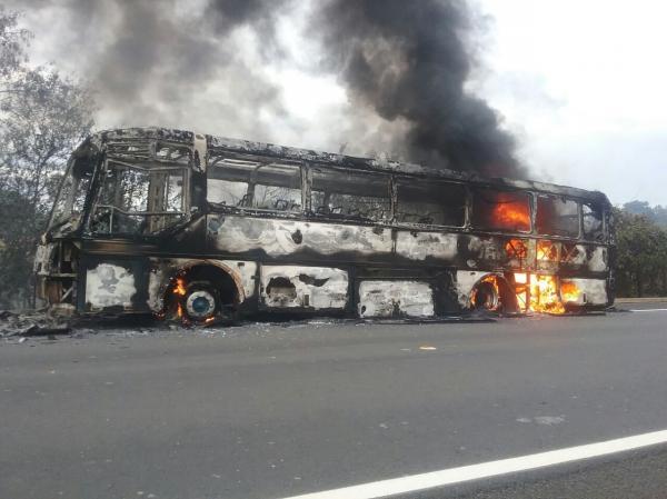 Ônibus pega fogo na BR-343 e fica destruído no KM 498 próximo a Amarante