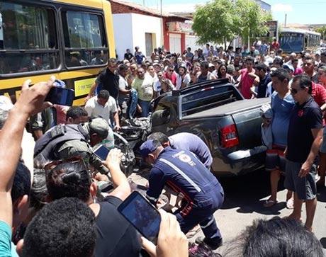 Carro desgovernado mata dois e só para depois de bater em ônibus