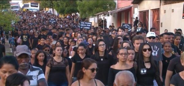 População de São Pedro do Piauí realiza caminhada pela paz após morte de professor