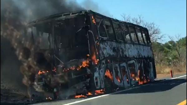 Ônibus que iria transportar romeiros de Hugo Napoleão para o ceará pega fogo na BR 316 em Monsenhor Gil
