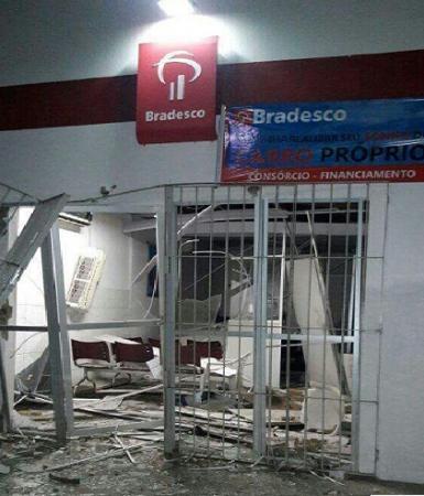 Ladrões explodem caixa eletrônico em agência do Bradesco de Monsenhor Gil