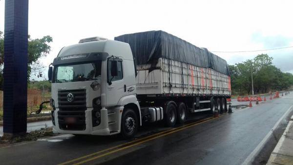 PRF apreende caminhão que transportava madeira ilegal no interior do Piauí