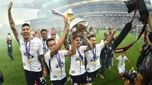 Corinthians ergue a taça de campeão após 2 a 2 com Atlético-MG