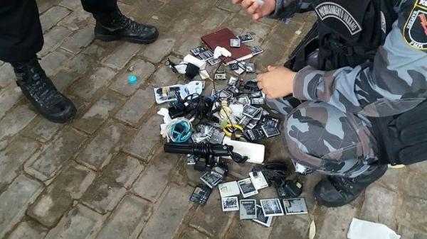 Polícia apreende centenas de celulares na Praça da Bandeira durante operação