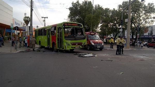 Colisão entre ônibus deixa feridos e provoca congestionamento no centro de Teresina
