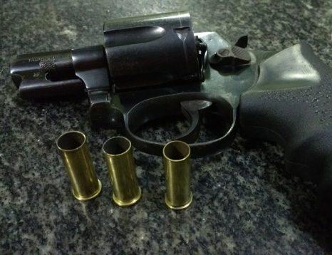 Força Tática de Piripiri conduz dupla para a delegacia e apreende arma de fogo e moto