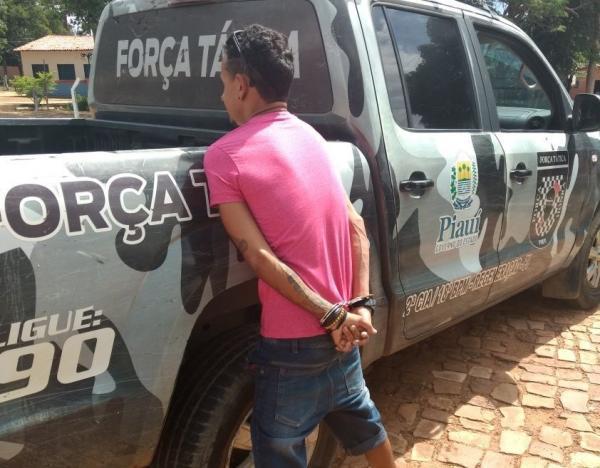 Homem é preso em Angical do Piauí, suspeito de tráfico de drogas e conduzido à delegacia de Amarante ,