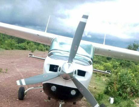 Polícia procura droga jogada de avião clandestino apreendido