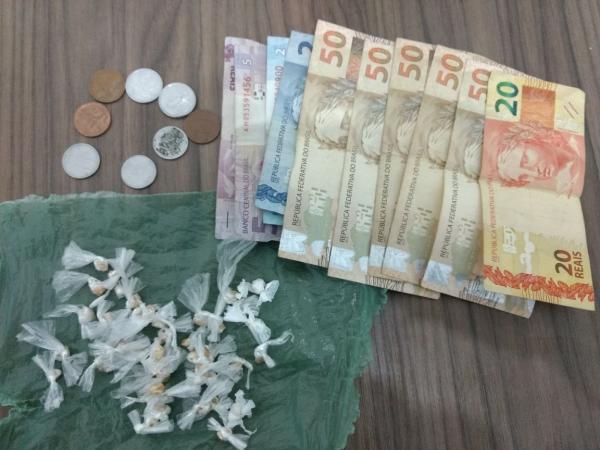 Dupla é presa suspeita de tráfico de drogas escondida em motocicleta no Bairro Montevidéu de Angical